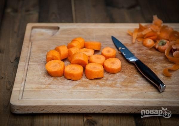 4. Очистите и нарежьте морковь.