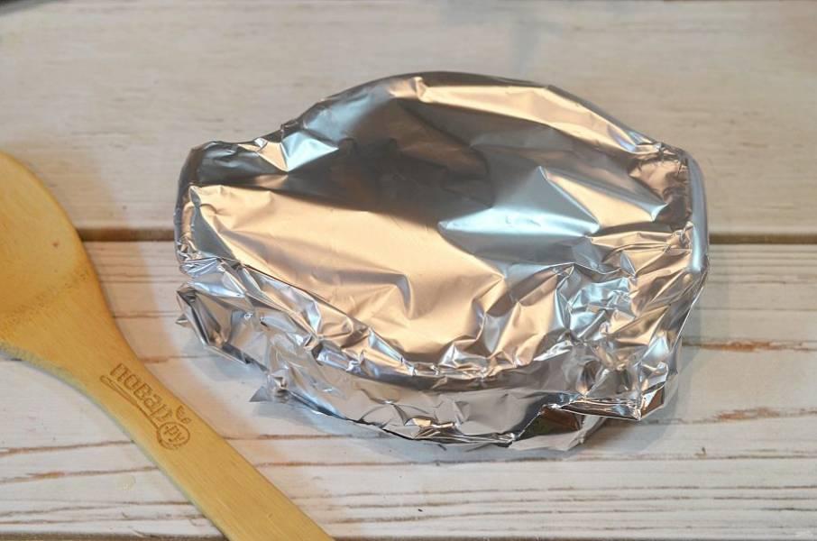 5. Накройте фольгой и запекайте в разогретой до 180 градусов духовке около 40 минут.
