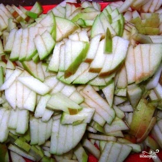 Яблоки нарезаем тонкой соломкой.