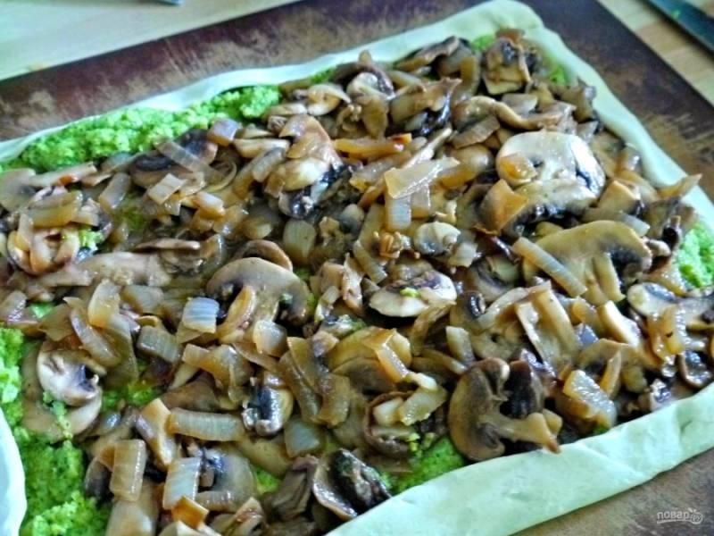 Сверху распределите грибную начинку, посыпьте тертым сыром, специями по вкусу. А края заверните и смажьте желтком.