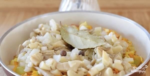 После этого перекладываем лук с грибами в сковороду с овощами (или наоборот, без разницы). Добавьте к ним лавровый лист с перцем, а также — сахар и соль.
