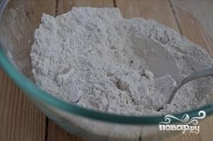 В другую миску просейте разрыхлитель с мукой. Измельчите грецкие орехи и миндаль. Добавьте их к муке вместе с солью, корицей, имберём и мускатным орехом.