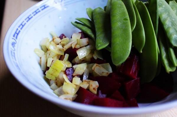 4. На сковороду налить немного растительного масла по вкусу и разогреть. Очистить лук и нарезать мелкими кубиками. Обжарить на сковороде до золотистого цвета и отправить в салатник. Для соблюдающих диету можно замариновать лук.