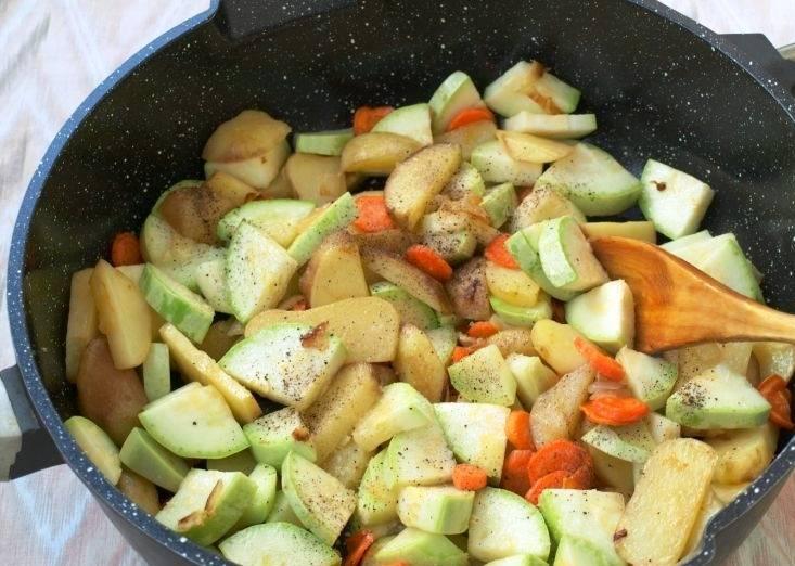 Добавьте порезанные кабачки и специи. Еще немного обжарьте.
