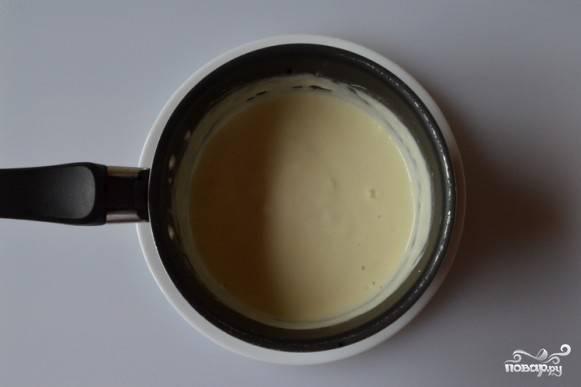 Сыр поломайте на кусочки, выложите его в кастрюлю. Влейте полстакана кипятка, варите до полного растворения, помешивая ложкой. Эту массу добавьте к двум литрам кипящей воды вместе с пассероваными овощами.