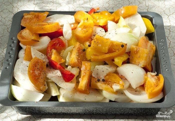 2. Нарежьте овощи кусочками, подсолите немного, присыпьте специями, измельченным чесноком. Выложите в жаропрочную форму, предварительно смазав ее небольшим количеством оливкового масла или застелив фольгой. Отправьте овощи в разогретую до 180 градусов духовку.