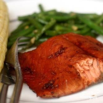3. Жарить в течение приблизительно 3 минут, до тех пор, пока филе не начнет темнеть. Смазать лосося оставшимся соусом и жарить в течение 3 минут до готовности. Сразу же подавать с зеленой фасолью при желании.