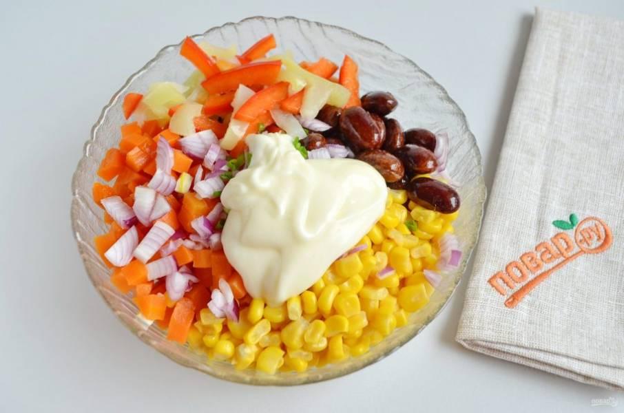 4. Заправьте салат майонезом и перемешайте.