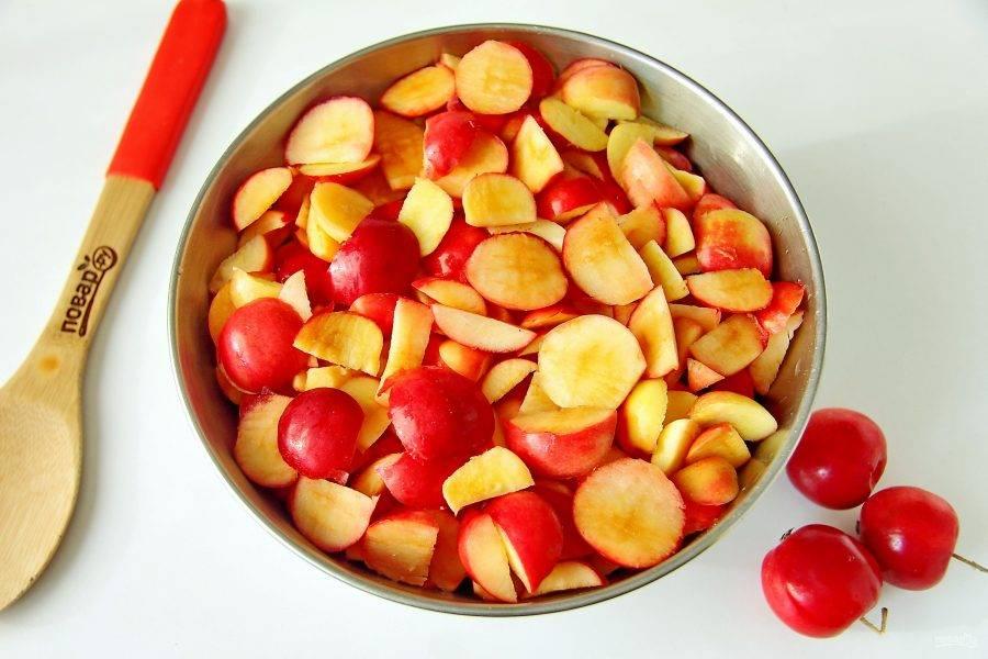 Ранетки очень маленькие и чистить их довольно сложно. Этот этап самый утомительный. Яблоки необходимо вымыть, вырезать сердцевину и нарезать кусочками.