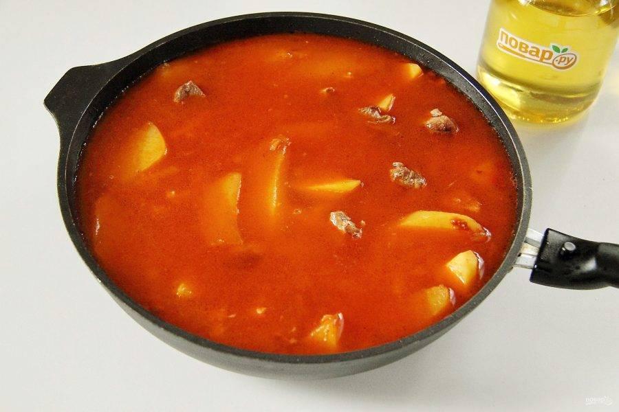 Добавьте воду, накройте сковороду крышкой, доведите до кипения и на небольшом огне готовьте до готовности макарон. Воды должно быть столько, чтобы она покрывала макароны примерно на 1 см.