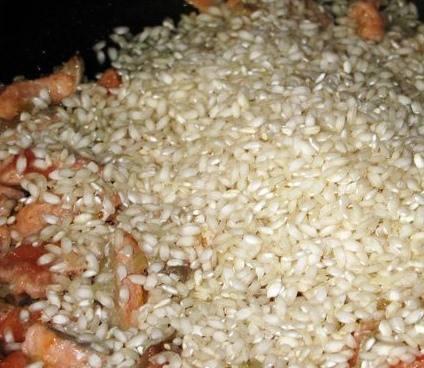 Засыпаем рис, перемешиваем.