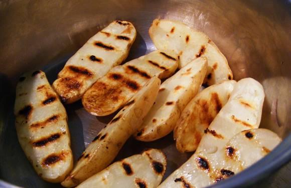 4. Что касается гарнира, то тут все зависит от ваших вкусовых предпочтений. Хороший вариант, который дополнит этот простой рецепт говядины под соусом - запеченный картофель.