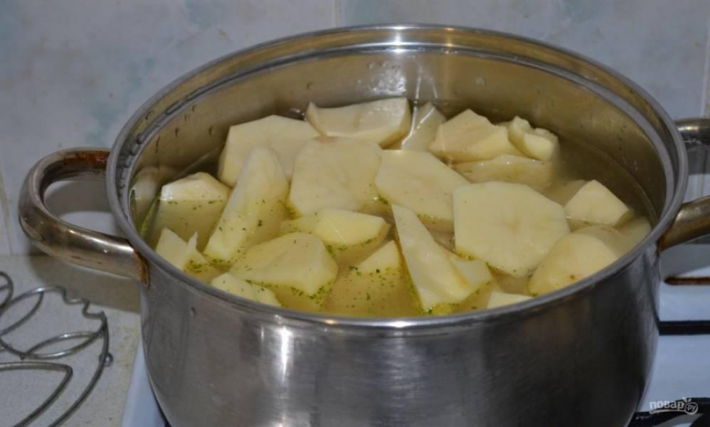 1.Картошку чищу и мою, нарезаю кусочками и отвариваю до готовности, затем без добавления масла измельчаю в пюре.