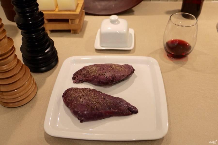 Подготовьте маринад, в котором будет мариноваться кролик: соедините вино, корицу, две столовые ложки оливкового масла, лавровый лист и ваши любимые специи. Порежьте лук крупно, четвертинками. Добавьте его к маринаду, также добавьте чеснок порезанный. В этой смеси замаринуйте кролика на час примерно (можно и больше). Затем обмакните слегка бумажными полотенцами мясо и обжарьте на сильном огне (пару минут) в оливковом масле.