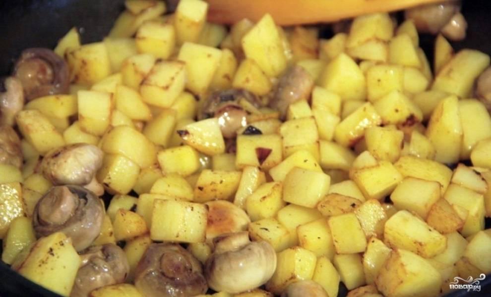 Перекладываем мясо в другую посуду, а на сковороде обжариваем 10 минут картофель. Затем добавляем к нему грибы и готовим еще несколько минут.