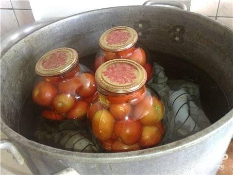 Залить помидоры маринадом, накрыть крышками и простерилизовать.