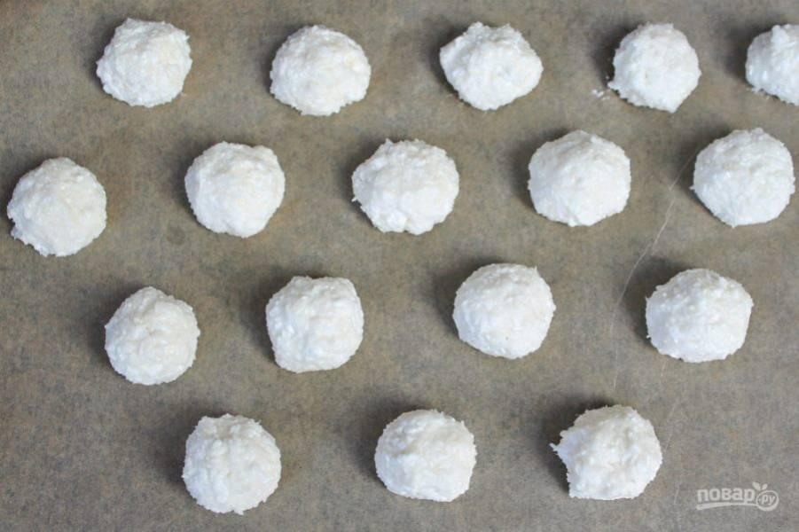 Противень покрываем пекарской бумагой. Порции творожно-кокосовой массы выкладываем в шахматном порядке. Запекаем при температуре 180 градусов около 15-20 минут.