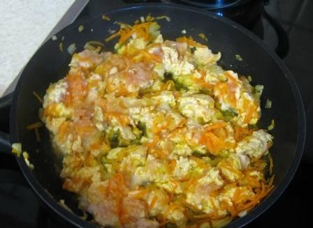 Добавляем на сковороду фарш, хорошо его разминаем, чтобы он не собирался крупными кусочками. Обжариваем до готовности.