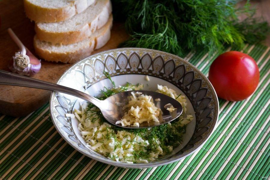 Натрите на мелкой терке чеснок или выдавите через пресс. Перемешайте начинку, добавьте соль и перец по вкусу.
