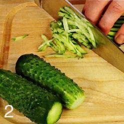 Огурцы вымыть, обсушить, отрезать кончики. Нарезать тонкой соломкой и присыпать солью, чтобы они дали сок.