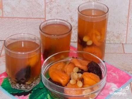 Разливаем компот по стаканам, а сухофрукты можно выложить отдельно.