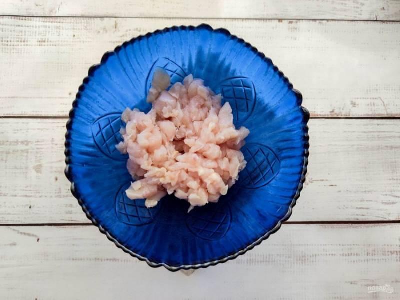 Курицу очень мелко нарежьте и выложите в глубокую тарелку.