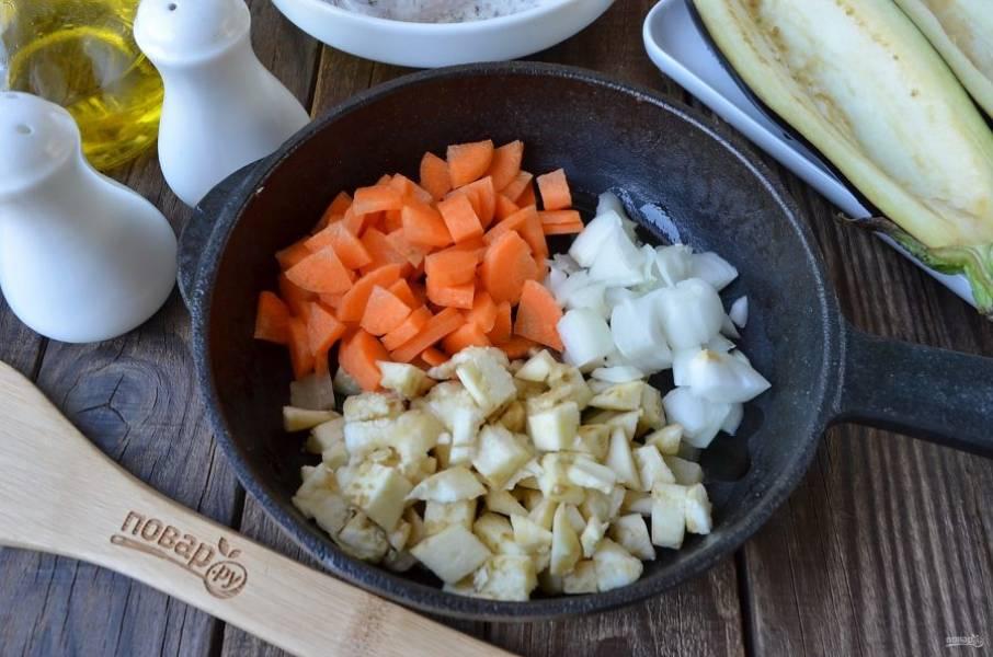 Мякоть баклажана порежьте кубиками, измельчите лук и морковь. Посолите овощи и обжарьте на растительном масле до готовности.