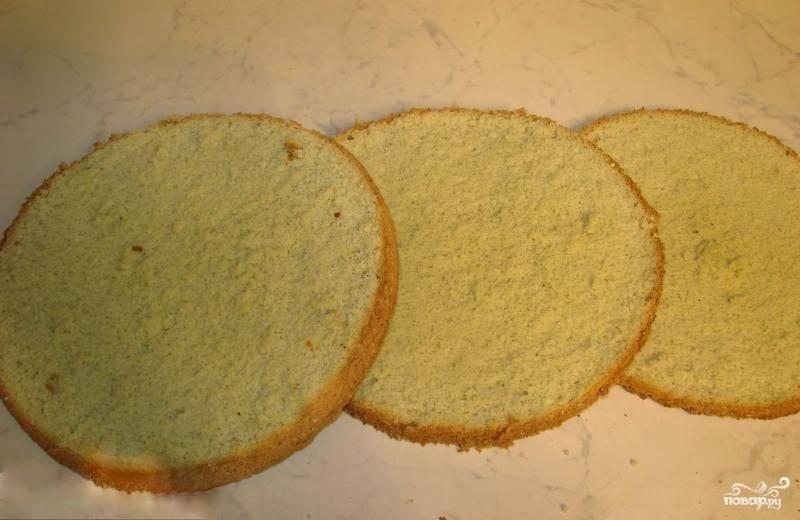 7. Дайте форме немного остыть, после чего выньте из нее испеченный бисквит. Полностью остудите его и разрежьте поперек на 3-4 части.