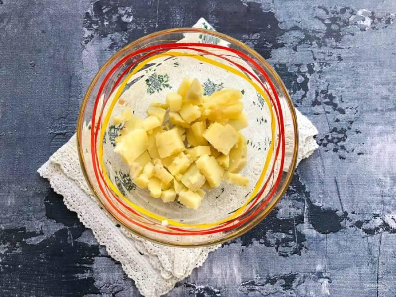 Картофель нарежьте кубиками и выложите в тарелку.