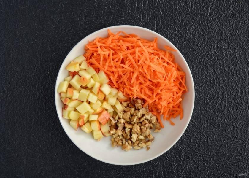Морковь натрите на терке, яблоко и грецкие орехи измельчите на маленькие кусочки.