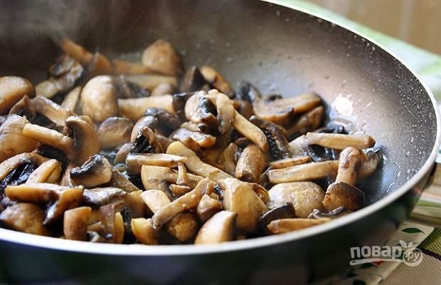 2. На среднем огне жарьте, помешивая, до готовности. Посолите и поперчите по вкусу.