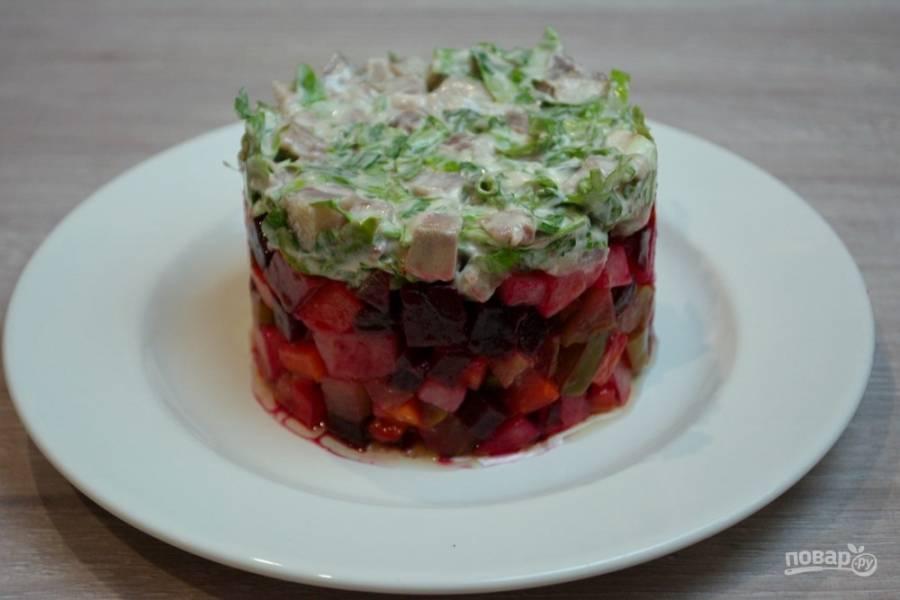 Сверху уложите шубу из селедочного салата.