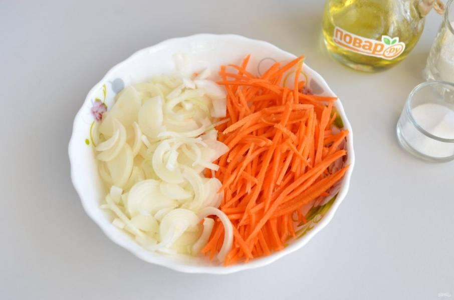 3. Очистите лук и морковь. Лук порежьте тонкими полукольцами, а морковь натрите на терке для овощей по-корейски.