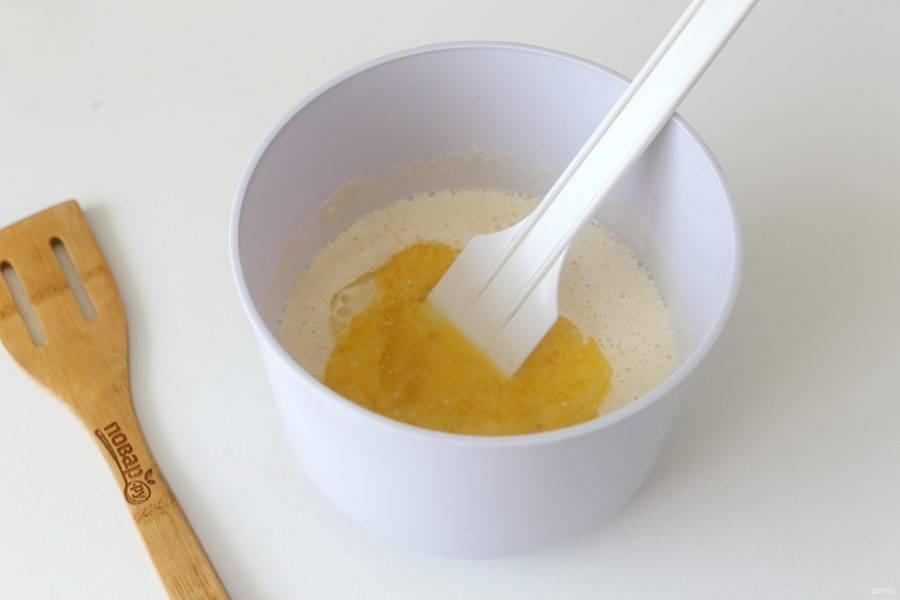 Добавьте растительное и растопленное чуть охлажденное сливочное масло.