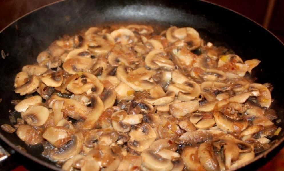 3. А тем временем на той же сковороде, где жарилась курица, обжарим измельченный лук вместе с грибами. Солим, перчим по вкусу.