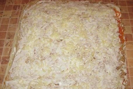 Не останавливаемся на достигнутом и закрываем  колбасу третьим слоем лаваша, который также смазываем майонезом и посыпаем его тертым сыром.