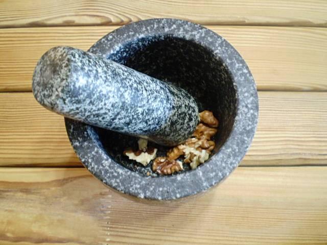 5. Орехи пойдут грецкие. Очищаем от скорлупы. Измельчаем удобным способом.