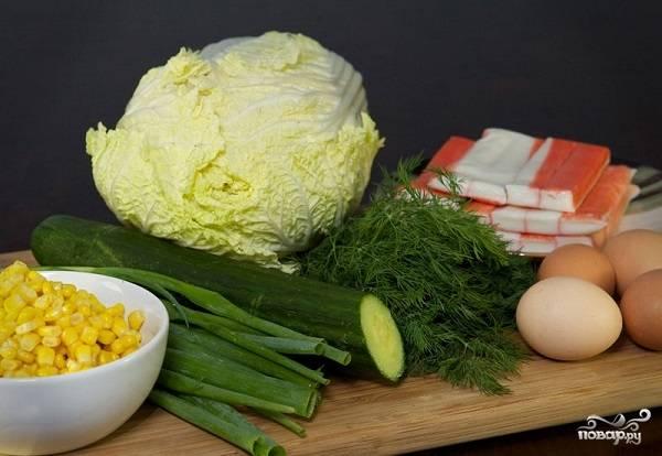 1. Перед вами набор ингредиентов, которые вам потребуются, чтобы повторить этот простой рецепт крабового салата с огурцом без риса на вашей кухне.