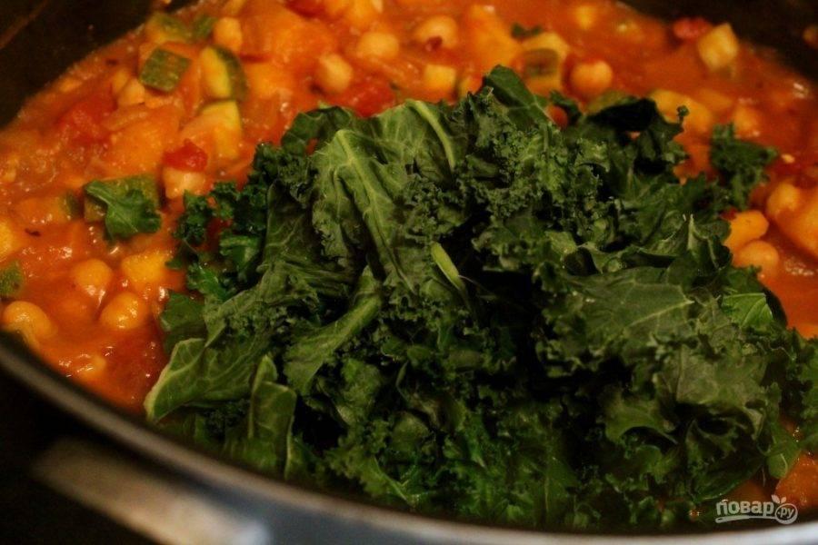 Кипятите рагу минут 10, а потом добавьте капусту. Перемешайте.