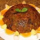 При подаче в холодном виде, за час до подачи, достаньте блюдо из холодильника. Переверните ёмкость с капоната на тарелку большего размера и  украсьте варёными яйцами, апельсином и базиликом.