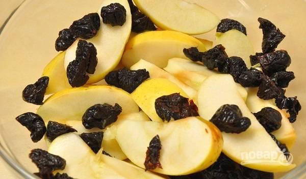 2. Для приготовления начинки соедините нарезанные яблоки и чернослив.