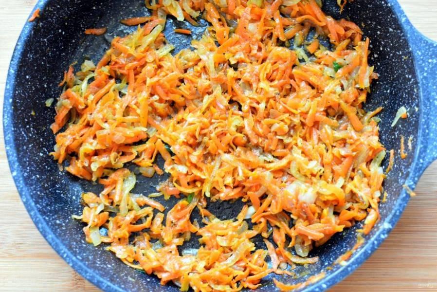 Лук нашинкуйте потоньше, морковь натрите на крупной терке. Обжарьте овощи на двух ложках масла до мягкости, не давая румяниться. В середине приготовления посолите и обильно поперчите черным перцем. Остудите.