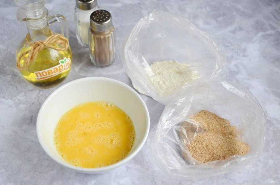 2. Подготовьте 2 вида панировки: муку, сухари. Мне удобно панировать в пакетах, можно делать это в тарелочках глубоких. Одно яйцо взболтайте, положите щепотку соли.
