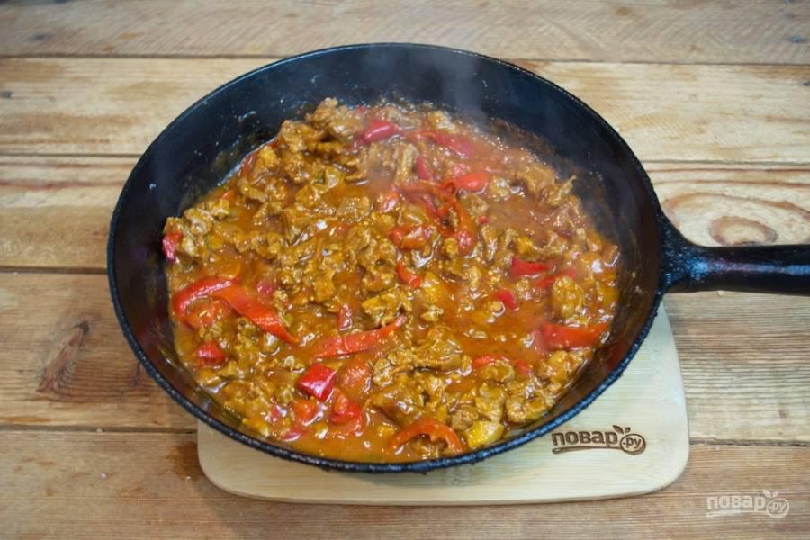 К мясу добавьте нарезанные помидоры, болгарский перец и томатную пасту. Влейте немного воды (0,5 стакана). Перемешайте. Мясо можно приправить специями по вкусу.