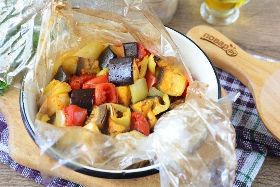 Запекайте овощи 35-40 минут в духовке при температуре 180-190 градусов.