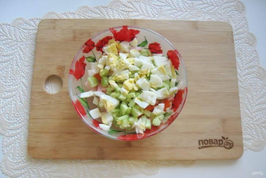 Яйца сварите вкрутую, охладите, очистите и мелко нарежьте, добавьте в салат.