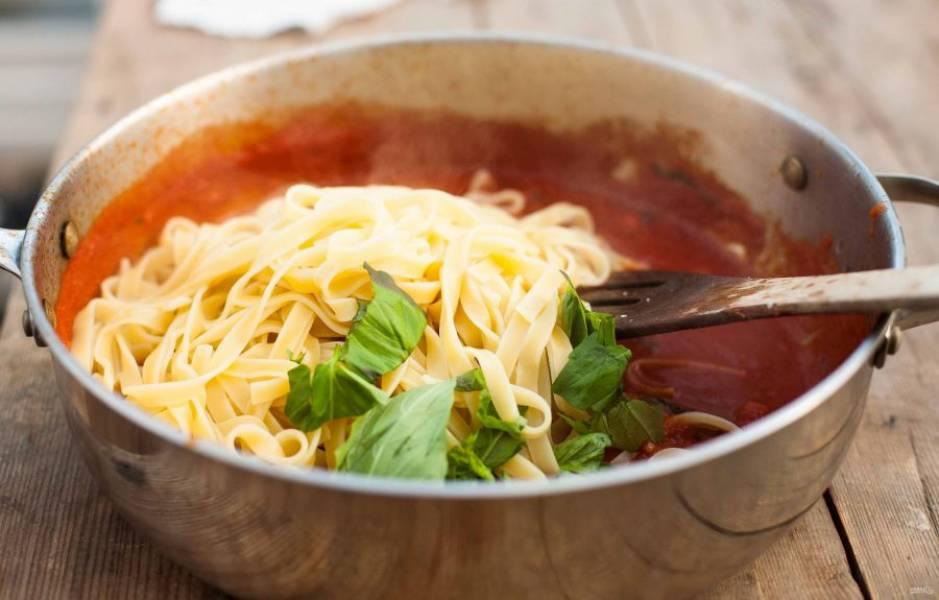 Потом добавьте в к панчетте помидоры и половину базилика. Варите соус, помешивая, пару минут. Готовые макароны добавьте в соус с остальным базиликом. Перемешайте блюдо ещё на огне.