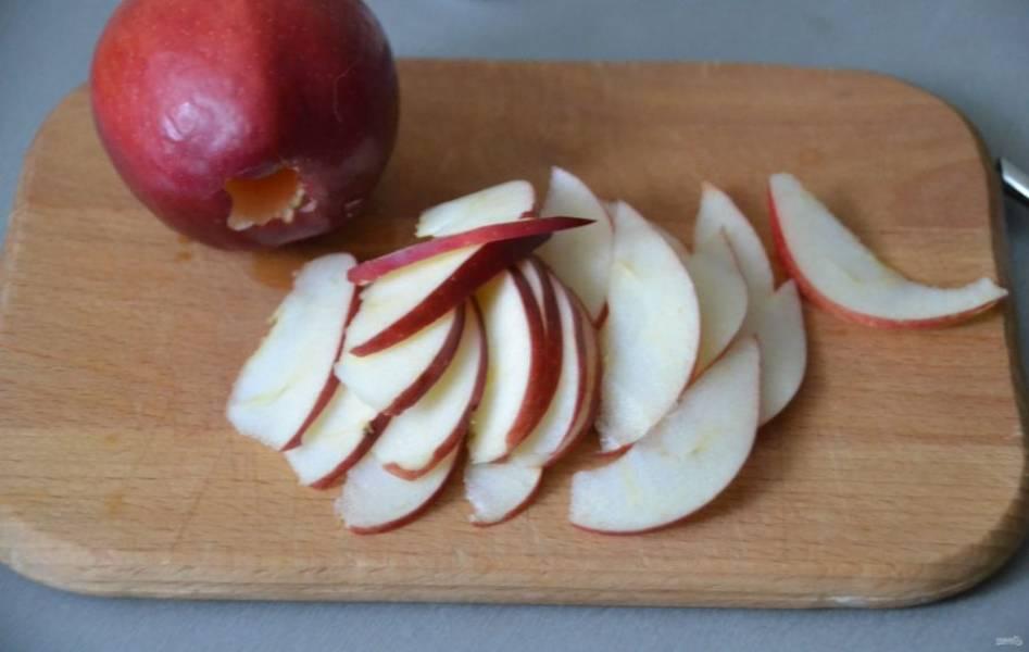 Полтора яблока нарежьте тонкими пластинками.