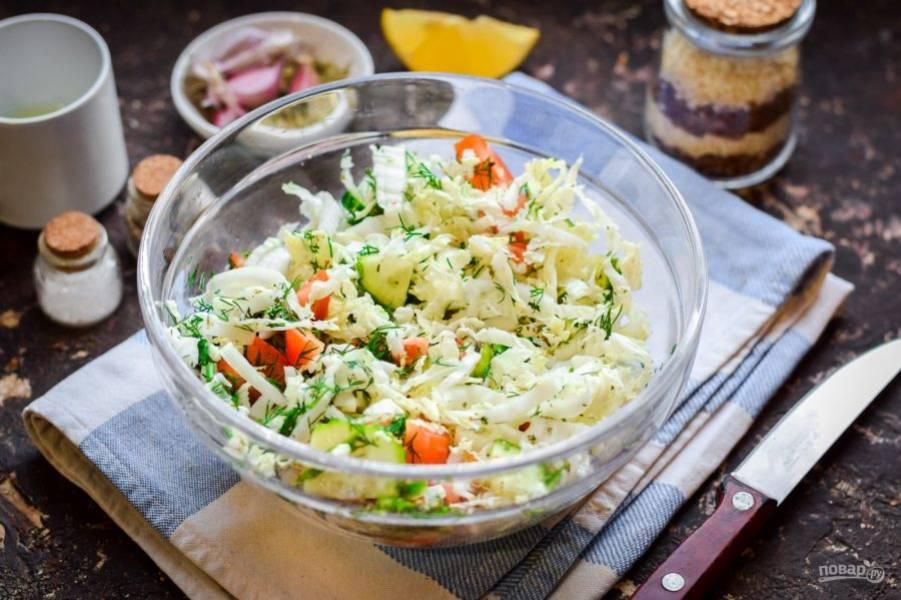Перемешайте все и подавайте салат к столу.