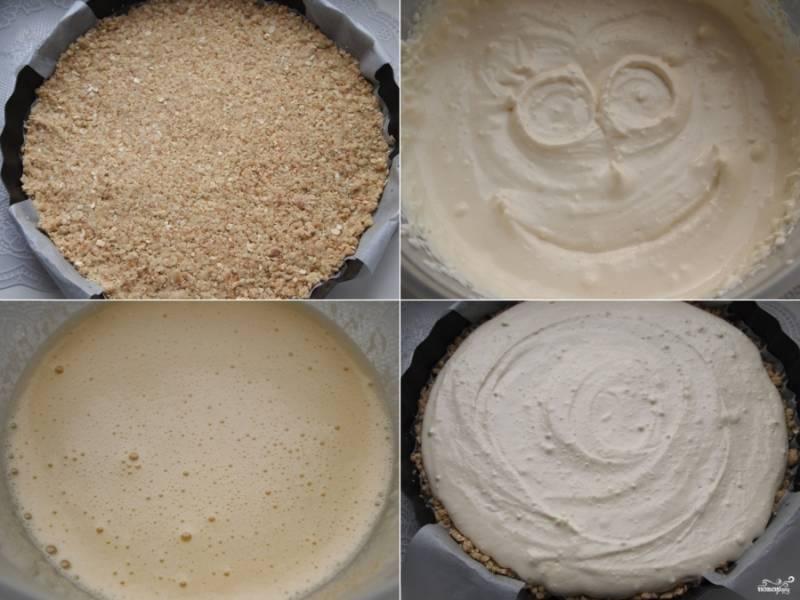 2.Форму, подходящую для пирога, застелите бумагой и слегка смажьте маслом. Три столовые ложки теста оставьте для посыпки пирога. Остальное положите в форму и, разравнивая, хорошо утрамбуйте. Для начинки взбейте яйцо с сахаром до пышной пены, добавьте к нему творог, крахмал и ванильный сахар. Взбейте все до однородной массы. Полученную творожную массу переложите в форму поверх теста.